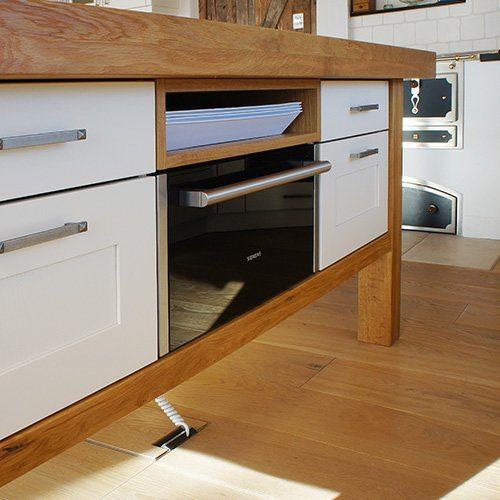 gro e k che mit holzofen und abgestimmten design. Black Bedroom Furniture Sets. Home Design Ideas