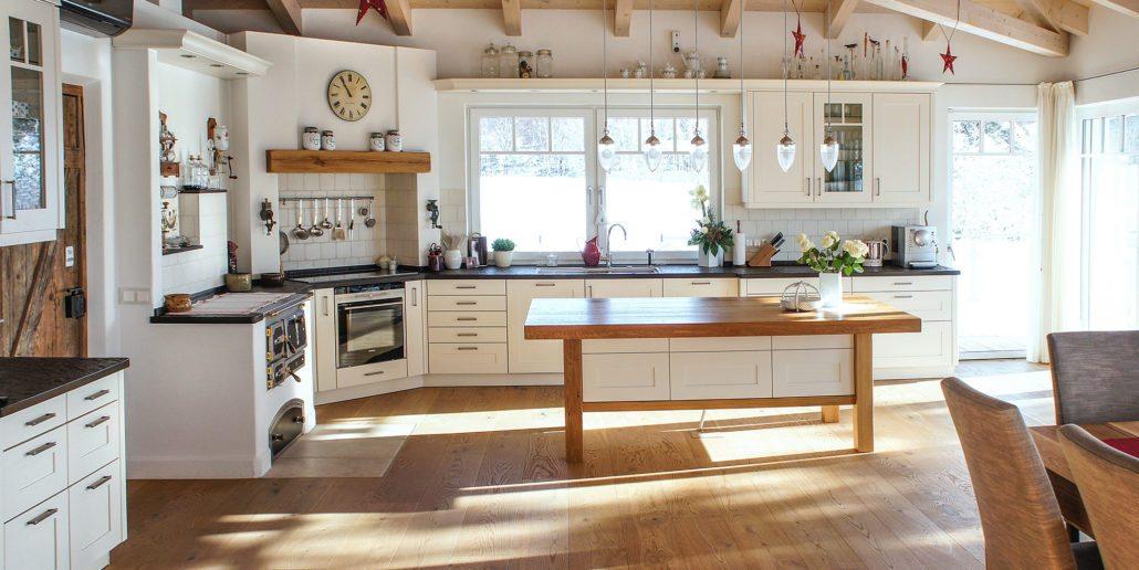 Große Küche mit Holzofen und abgestimmten Design